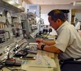 伝達文の聞き取りに集中する青森県漁業無線局の職員