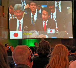 IWC総会でスピーチをする谷合農林水産副大臣(モニター中央)
