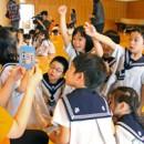 「みやぎさかな絵合わせカード」で楽しく学習する園児たち