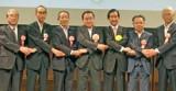 5団体宣言を読み上げるJF全漁連・岸会長(左端)と梶山大臣(右から4人目)と山本前大臣(その右)ら