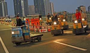 環状2号線を自走し豊洲大橋を渡り、続々と豊洲市場に入場するターレー