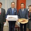 イセエビの入ったざるを持つ吉川大臣(右から2人目)と鈴木知事(その 左)
