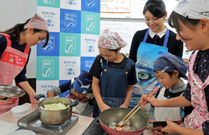 認証食材を調理する親子たち