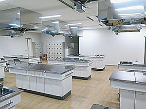食育などで使われる7街区管理施設棟1階調理室。調理台は10台