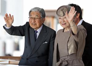 海上をパレードする船に手を振られる両陛下(代表撮影)