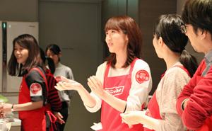 参加者と調理手順を相談する日本水産の担当者(中央)