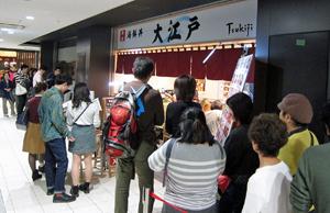 開場直後から長い列ができ、盛況ぶりを見せる寿司店などの飲食店