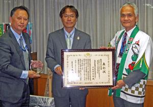安東副知事(中央)に受賞を報告する末吉部長(右)と福田主任研究員