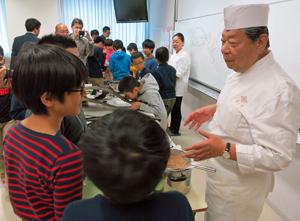 村田副会長(右)に直接質問する富士見小の児童たち