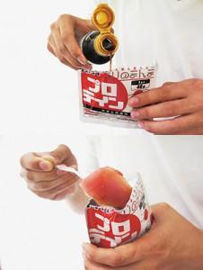 (上)「ありのまんま」のパッケージを開け、醤油を垂らす (下)あとは食べるだけ。写真はマグロ刺身が入った「プロテイン」