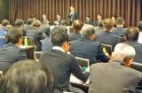 280人が参加した説明会。中央はあいさつする山口水産庁次長