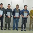 修了証書を手にする7人の第1期の塾生