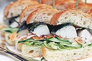 サバをパンで挟んだトルコ料理の「サバサンド」